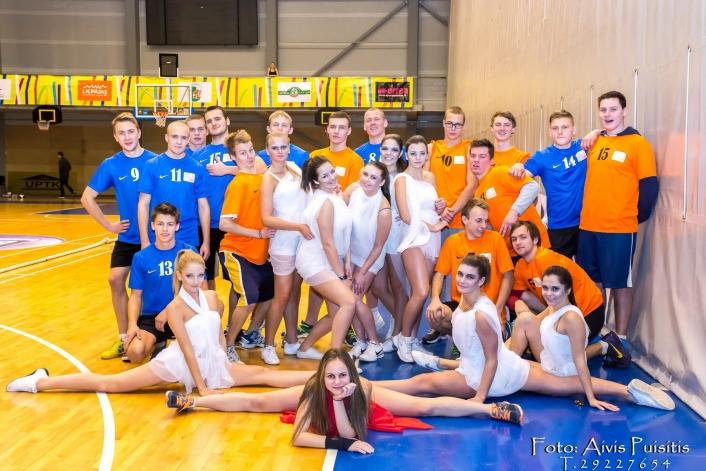 Pilsētas skolu sacensības dejās jaunietēm un virves vilkšanā jauniešiem